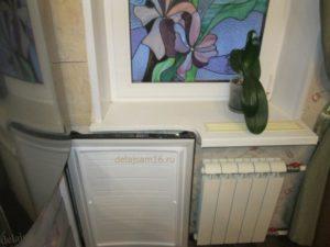 холодильник подоконник мешает