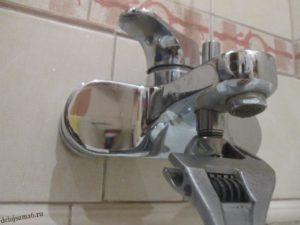 как разобрать смеситель в ванной переключатель